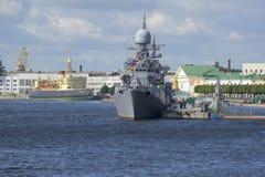 小反潜艇船Zelenodolsk和破冰船Krasin在内娃的水域中 免版税库存图片