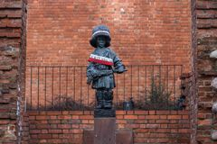 小叛乱者的雕象华沙- MaÅ '的y Powstaniec 库存照片