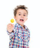 小叫喊的兴奋男孩 免版税库存图片