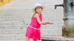 小可爱的从轻拍的女孩饮用水外面热的夏日在罗马,意大利 股票视频