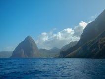 小和格洛斯岩钉和海在圣卢西亚 免版税库存图片