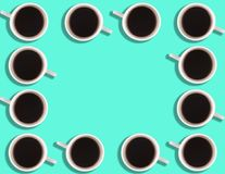小咖啡杯的样式在明亮的色的背景的与copyspace 库存照片