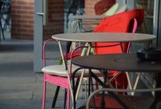 小咖啡桌和椅子在一个室外咖啡馆 免版税库存图片