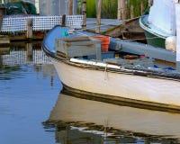 小商业捕鱼业小船发射靠了码头在镇静refl的黄昏 免版税库存图片