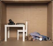 小商人在他的局促办公室睡觉 库存照片