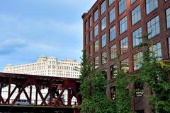 小商店和桥梁芝加哥河 免版税图库摄影