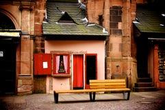 小商店和长的椅子 免版税图库摄影
