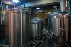 小啤酒厂 工业不锈钢管子连接用大桶和控制阀 免版税图库摄影