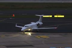 小喷气式客机airplain在一个机场在晚上 免版税库存图片