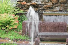 小喷泉在有拷贝空间的公园 免版税库存照片