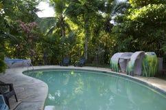 小国家旅馆室外游泳池 免版税库存照片