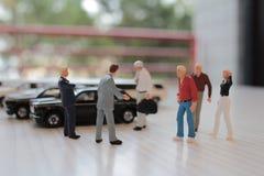 小图在玩具汽车坐 皇族释放例证