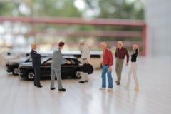 小图在玩具汽车坐 免版税库存图片