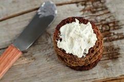 小圆的黑麦多士用乳脂干酪 免版税库存图片