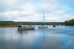 小圆盾` s坚硬游艇港口看法河的比尤利 免版税库存照片