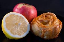 小圆面包、柠檬和红色苹果 免版税图库摄影