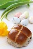 小圆面包交叉复活节彩蛋热有斑点的郁金香 库存照片