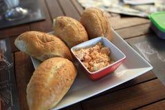 小圆面包和希腊开胃菜 免版税库存图片