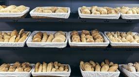 小圆面包品种在篮子的 免版税库存图片
