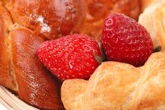 小圆面包新鲜的查出的牌照 免版税库存图片