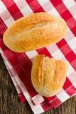 小圆面包方格的餐巾 免版税库存照片