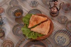 小圆面包用在一块柳条板材的沙拉 免版税图库摄影
