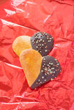 小圆面包用在心脏形状的巧克力 库存照片