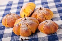 小圆面包用在方格的餐巾的南瓜 免版税库存照片