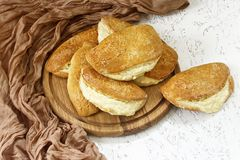 小圆面包用填装在一个木板的凝乳 顶视图 免版税图库摄影
