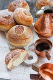 小圆面包用巧克力、可可粉和咖啡 免版税图库摄影
