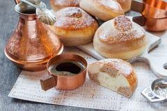 小圆面包用巧克力、可可粉和咖啡 库存照片