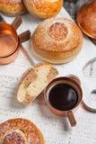 小圆面包用巧克力、可可粉和咖啡 免版税库存图片