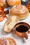 小圆面包用巧克力、可可粉和咖啡 图库摄影