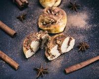 小圆面包用桂香和坚果 免版税库存照片