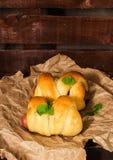小圆面包用烟熏腊肠 库存照片