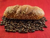小圆面包用芝麻和咖啡豆 图库摄影