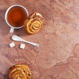 小圆面包用葡萄干和茶 免版税图库摄影