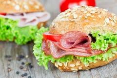 小圆面包用蒜味咸腊肠 免版税库存图片