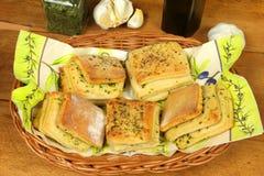 小圆面包装载了大蒜 库存图片