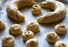 小圆面包面团未加工的片断在发酵前的 免版税图库摄影