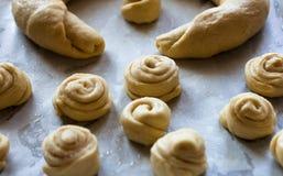 小圆面包面团未加工的片断在发酵前的 库存图片