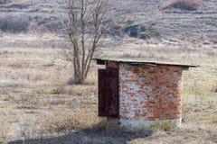 小在干草原的回合偏僻的石结构 免版税库存照片