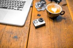 小在桌上的行动摄象机 免版税库存图片
