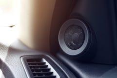 小在汽车的扩音器立体声音乐音频 免版税库存图片