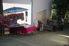 小地方商店销售纪念品和土产人和旅行家的在街道上在土井Pui部族村庄 免版税库存照片