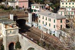 小地方火车站,在山之间,里奥马焦雷镇位于五乡地国家公园,意大利 免版税库存照片