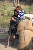 小地痞孩子画象  无家可归的孩子 库存照片