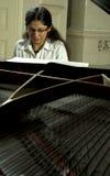 小型三角钢琴使用 免版税库存照片