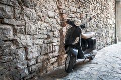 黑小型摩托车作为传统意大利运输在贝加莫镇,意大利 免版税库存照片