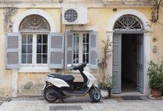 小型摩托车停放的外部典型的欧洲大厦 库存照片